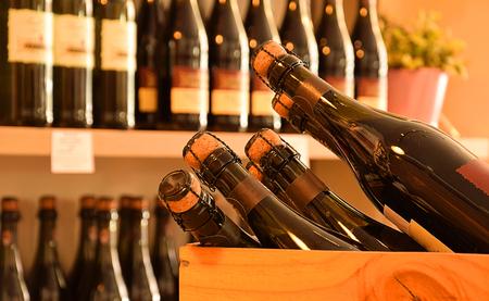 ワインで木製の棚にワインのボトルを保存します。