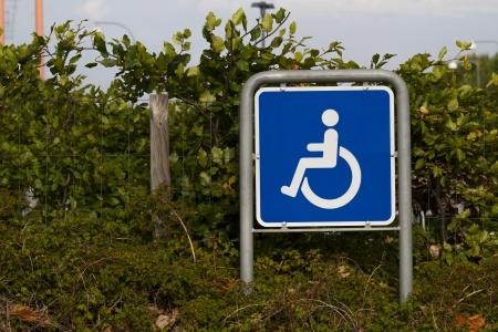 se�al parking: Una se�al de estacionamiento para discapacitados Foto de archivo
