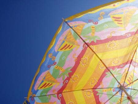 Parasol colorido y cielo azul claro en el fondo