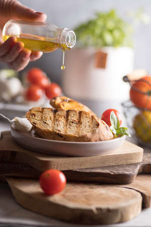 Brushetta, crostini with olive oil tomatoes, garlic, parmesan cheese, basil. Italian cuisine Banque d'images