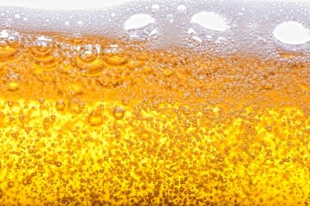 cerveza: Burbujas de cerveza en el gran aumento y primer plano.