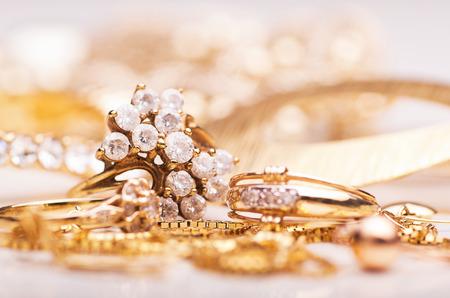 mujeres elegantes: Joyas de oro para las mujeres elegantes.