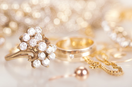 Gold jewelry with diamonds with reflection. Banque d'images