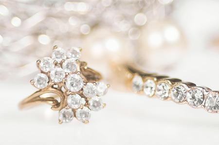 Gouden sieraden op een glanzende achtergrond.