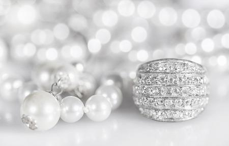 perlas: Joyería de plata con perlas y diamantes. Foto de archivo