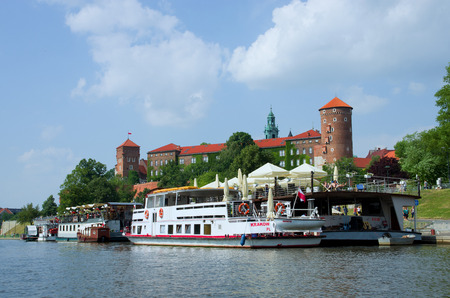 Wawel Castle in Krakow. View from the side of the Vistula River. In the foreground a ship. Standard-Bild - 115217734