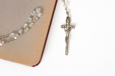 Rosary and old notebook on a white background. Standard-Bild - 115234773