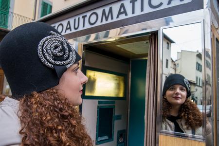 foto carnet: Hermosa chica est� mirando a s� misma en el espejo antes de conseguir una foto de pasaporte