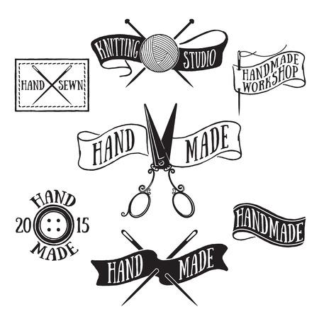 moda ropa: Dibujado a mano conjunto de etiquetas de época hechos a mano y elementos de la insignia, símbolos retro para la tienda de sastre local, estudio de punto, empresa artesanal.