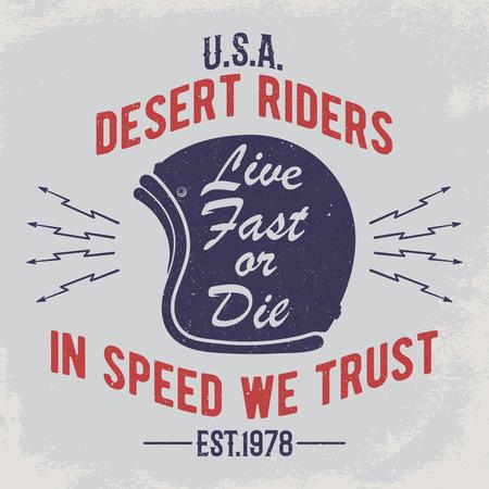 In snelheid vertrouwen we. Motorhelm met tekens op grungeachtergrond. Ontwerpelement voor t-shirt afdrukken, poster, embleem, badge, teken.