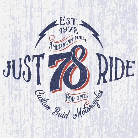 Retro motorfiets logo met opschrift-Just Ride. Hand getekend. Voor kledingontwerp mode ontwerp en of andere. Stock Illustratie