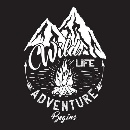 Wild inscriptie met bergen en kampvuur.