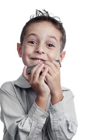 白い背景の上の笑顔の子供持株ハーモニカー