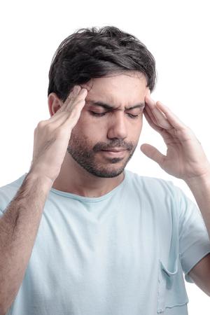 dolor de cabeza: Dolor sinusal, presión en los senos, sinusitis. Hombre triste tapándose la nariz a causa dolor en los senos