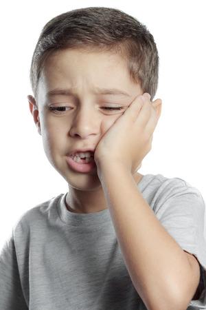 입에 치통의 통증을 앓고 슬픈 소년, 그의 뺨을 들고, 치과 통증