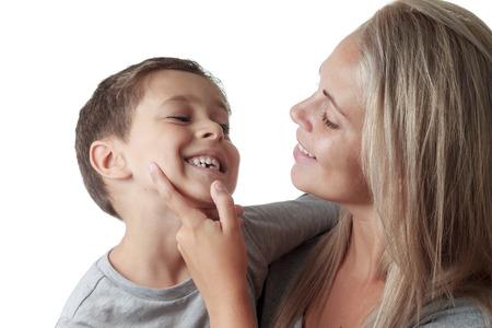 dientes: la madre que mira el diente de leche del hijo