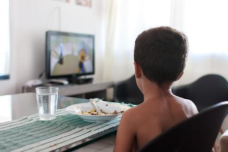 점심을 먹고 TV 시청을 방해하는 어린이