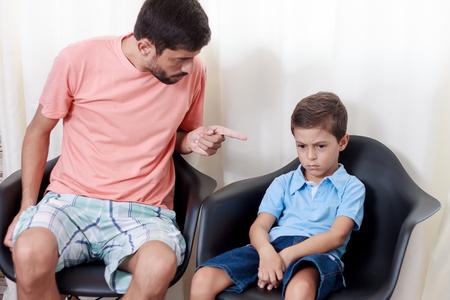 불행한 아이를 방에서 꾸짖는 아버지