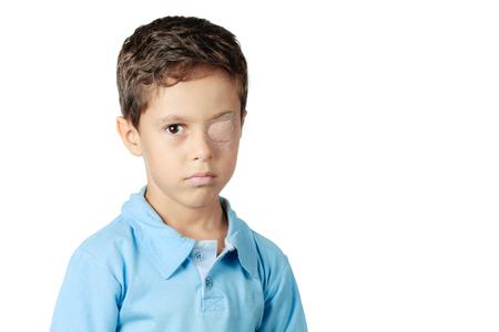 白い背景で隔離の眼帯を持つ子供