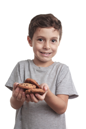 어린 소년 먹는 초콜릿 칩 쿠키 스톡 콘텐츠