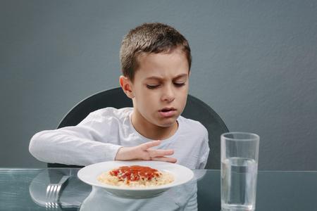 食事の前に食欲でない子供の肖像画。食欲の損失の概念