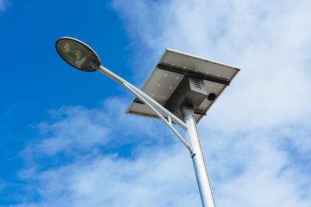 Pôle d'éclairage public alimenté par l'énergie solaire Banque d'images - 81287615
