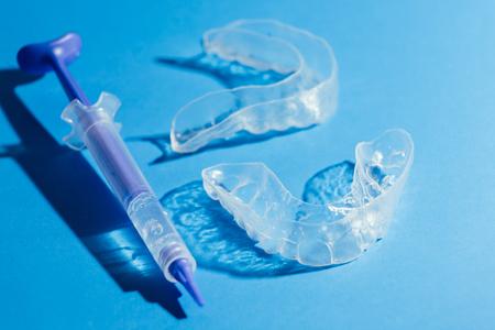 Vassoio di denti individuale per sbiancamento su sfondo blu Archivio Fotografico - 91328835