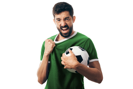Fan o giocatore di sport sull'uniforme verde che celebra sul fondo bianco Archivio Fotografico - 98105956