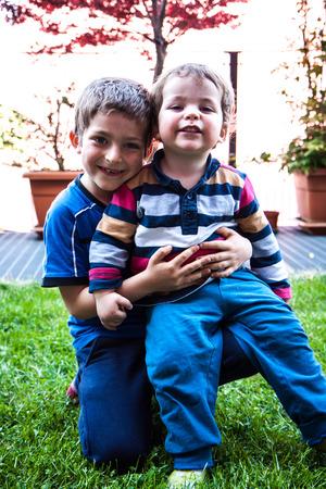 hermanos jugando: dos hermanos que juegan en el jard�n en la diapositiva