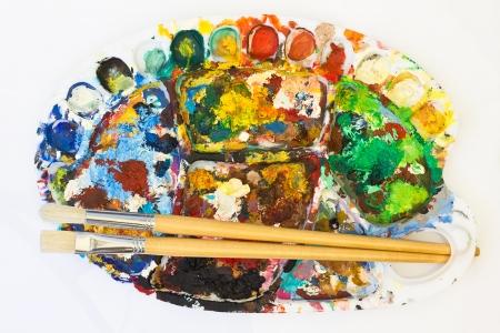 farbe: benutzte Farbpalette mit Pinseln Stock Photo
