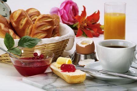dejeuner: Couverture de petit d�jeuner avec rouleau de pain, beurre, confiture et oeufs Banque d'images