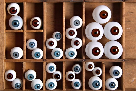 letter case: Different glass-eyes in a letter case