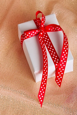 festively: Present with red loop