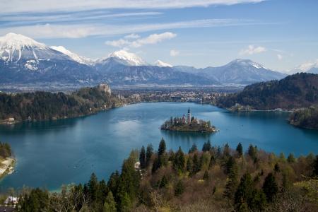 Bild der berühmtesten Lage in Slowenien genannt Bled See mit schönen Insel in der Mitte des Sees Standard-Bild