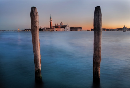 plan éloigné: l'exposition à long tir de l'église San Giorgio Maggiore vu de Place Saint-Marc à l'heure du lever du soleil à Venise Italie Banque d'images