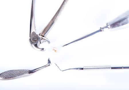 alicates: Herramientas dentales alrededor diente extraído real con caries Foto de archivo