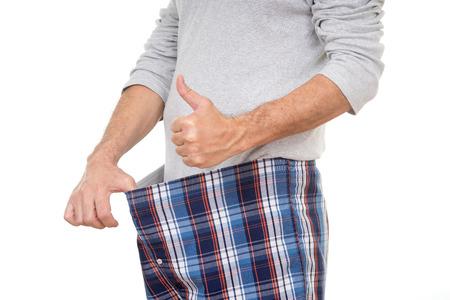 oude man in zijn broek kijken en duimen opdagen