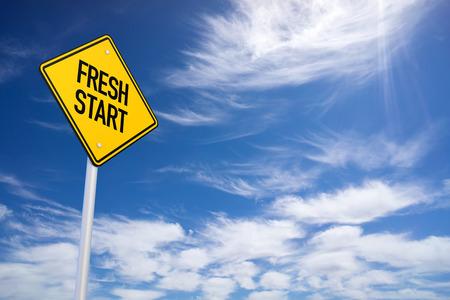 푸른 하늘 배경으로 신선한 시작 노란색 도로 표지판 스톡 콘텐츠