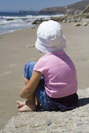 psicologia infantil: solitaria ni�a en la playa  Foto de archivo