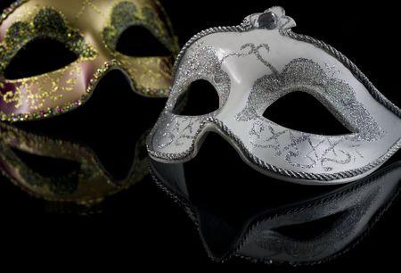 mascaras de carnaval: Carnaval M�scaras sobre un fondo negro. La parte de las m�scaras se refleja en la superficie de cristal Foto de archivo