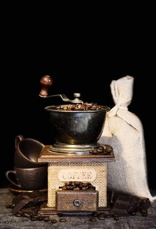 Vida de Stiill con Molinillo de café antigua, saco de arpillera, tazas de café y chocolate en rústica tabla (con copyspace)  Foto de archivo - 5536002
