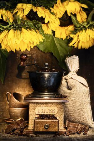 Vida de Stiill con Molinillo de caf� antigua, saco de arpillera, tazas de caf�, chocolate y girasoles en r�stica tabla  Foto de archivo - 5649561