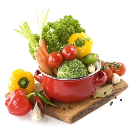 cuisine: L�gumes Ratatouille ou soupe dans un pot de cuisson sur blanc  Banque d'images