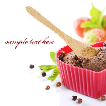 sample text: muffin de forma de coraz�n de chocolate en el molde de silicona Roja, fresas frescas y menta (con texto de ejemplo)