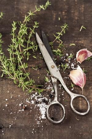 cucina antica: Timo, aglio e forbici sul vecchio tavolo cucina
