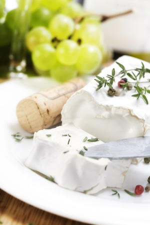queso de cabra: queso de cabra suave blanco y uva  Foto de archivo
