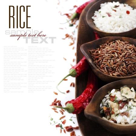 sample text: Tazones de arroz crudo en blanco con el texto de ejemplo