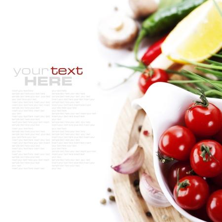 cebollin: Tomates, cebolletas, pimientos, lim�n, hongos y ajo sobre fondo blanco. Con texto de ejemplo