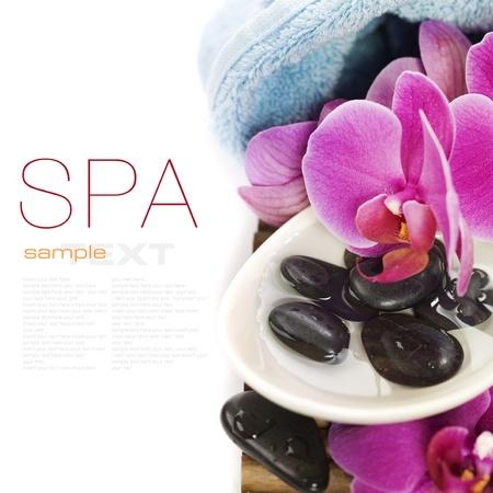 concepto de spa (piedras zen, toalla y orquídea) sobre blanco con texto de ejemplo Foto de archivo