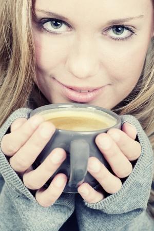 sueteres: Hermosa mujer sosteniendo la taza de caf� y sonriente
